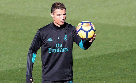 Cristiano lleva dos días sin entrenar y podría ser baja para el clásico ante el FC Barcelona. No obstante, algunos medios españoles aseguran que se recuperará a tiempo. Foto: EFE.