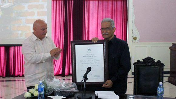 Desiderio Navarro recibe el titulo de Honoris Causa de manos de Alexis Seijo,  Rector del ISA, en julio pasado. Foto: Octavio Fraga/ La Jiribilla.