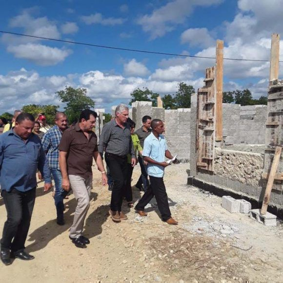 Durante su visita a Los eucaliptos Díaz-Canel dialogó con los pobladores y conoció las especificidades de las construcciones de mampuesto. Foto: Leidys María Labrador Herrera.