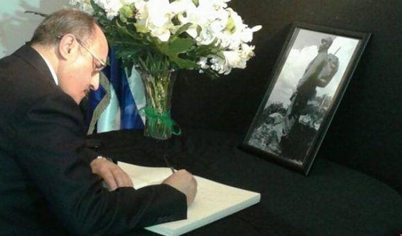 El Presidente del Consejo de Dirección del Canal libanés Al Mayadeen, Ghassan Ben Jeddou rinde tributo a Fidel, tras su fallecimiento, en la Embajada cubana en el Líbano, noviembre de 2016.