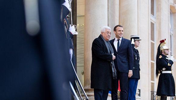 Emmanuel Macron, junto a líder de la Autoridad Nacional Palestina, Mahmoud Abbas. Foto: @EmmanuelMacron/ Twitter