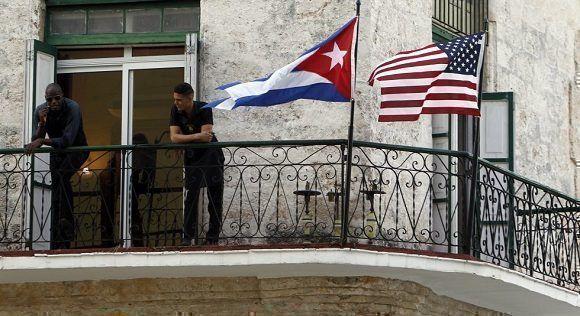Banderas de Cuba y Estados Unidos en un balcón de la Habana Vieja, luego del anuncio de la normalización de las relaciones entre ambos países. Foto: EFE.