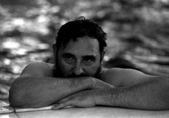Fidel en una piscina durante su visita a Rumanía en 1972 (tenía 46 años). Foto: Prensa Latina