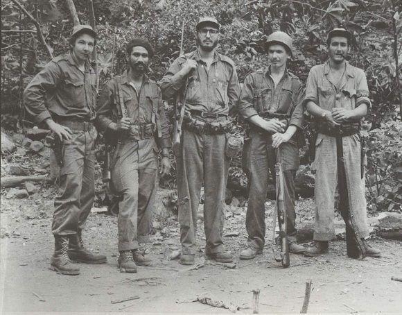 """Fidel en """"El Hombrito"""", con Raúl, Juan Almeida, Ramiro Valdés y Ciro Redondo, mayo de 1957. Foto: Oficina de Asuntos Históricos del Consejo de Estado / Fidel Soldado de las Ideas."""