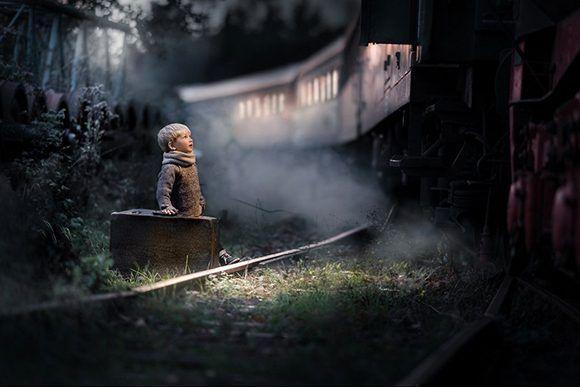 """La imagen de un niño emocionado en un andén fue seleccionada como la mejor de 2017 según Flickr. Foto: """"Say Goodbye…"""" de Iwona Podlasinska."""