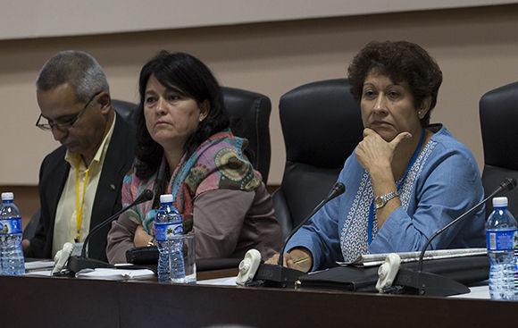 La diputada y ministra de Educación, Ena Elsa Velázquez, presidió el análisis del seguimiento a los planteamientos de la población. Foto: Irene Pérez/Cubadebate.