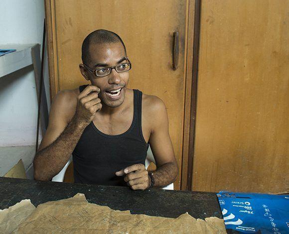 Iosmeli es sordo hipoacúsico y desde lo 14 años trabaja con Ediciones Vigía. Foto: Claudia Yilén Paz Joa/ Cubadebate.