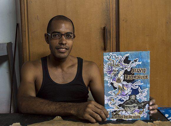 Iosmeli Barbier encuaderna libros para Ediciones Vigía. Foto: Claudia Yilén Paz Joa/ Cubadebate.