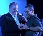 El cineasta Iván Giroud (I), Presidente del Festival Internacional del Nuevo Cine Latinoamericano, hace entrega a Ernesto Daranas, director de la película Sergio y Serguei, del Premio Coral del Público, durante la entrega de Premios, efectuada en el cine Charles Chaplin, en La Habana.  Foto: Omara García/ ACN.