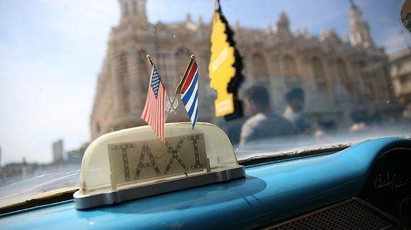 Un taxi de La Habana con las banderas de Cuba y Estados Unidos luego del anuncio del 17 de diciembre de 2014. Foto: Joe Raedle/ Getty Images.