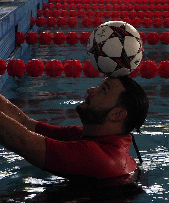 Justo antes de comenzar a nadar con el balón es us cabeza. Foto: Ernesto Lahenes/ Cubadebate.