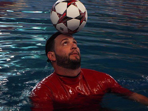 El cubano es dueño de todos los récords de dominio del balón en el agua, según el libro Guinness. Foto: Ernesto Lahenes/ Cubadebate.