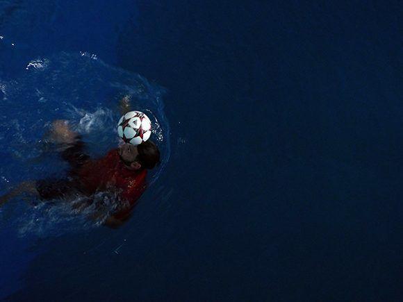 Lefont se convirtió en el hombre que más rápido nada 50 metros con un balón en la cabeza. Foto: Ernesto Lahenes/ Cubadebate.
