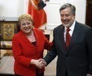 La presidenta Bachelet dandole todo su apoyo a Alejandro Guillier. Foto: Agencia Uno.