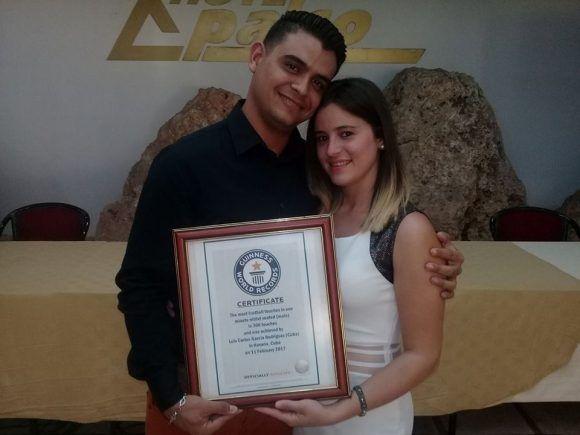 Luis Carlos García muestra el certificado acreditativo del Récord Guinness. Foto tomada del perfil de Luis Carlos en Facebook.