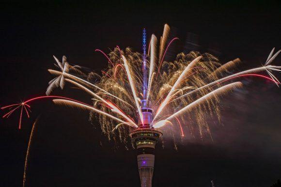Más de 5 minutos de fuegos artificiales sobre la torre de comunicaciones Sky Tower han dado la bienvenida al Año Nuevo en Auckland (Nueva Zelanda). Foto: Getty Images.
