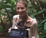 Mónica Marziota muestra con orgullo su Premio Lunezia, el cual dedicó a Cuba. Foto de la autora.