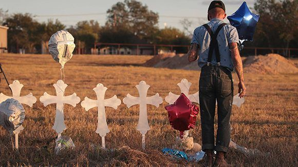 Memorial en honor a las 26 víctimas del tiroteo en la Iglesia Baptista de Sutherland Springs, Texas. Foto: Scott Olson/ Getty Images.