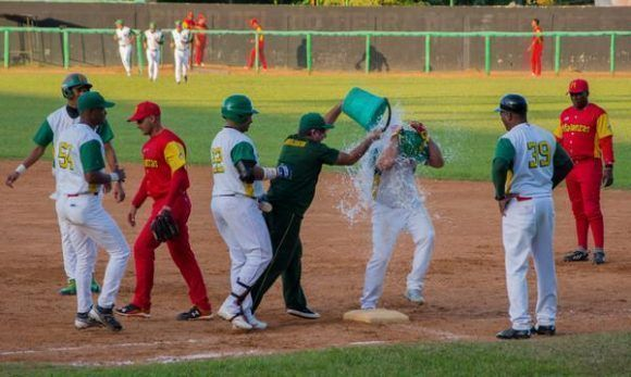 Locura en el Capitán San Luis luego del hit 2 mil de Michel Enrique. Foto: Rafael Fernández Rosell/ ACN.