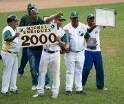 Reconocen a Michel Enrique, luego de conectar su hit 2000, en el estadio Capitán San Luis, en Pinar del Río. Foto: Rafael Fernández Rosell/ ACN.