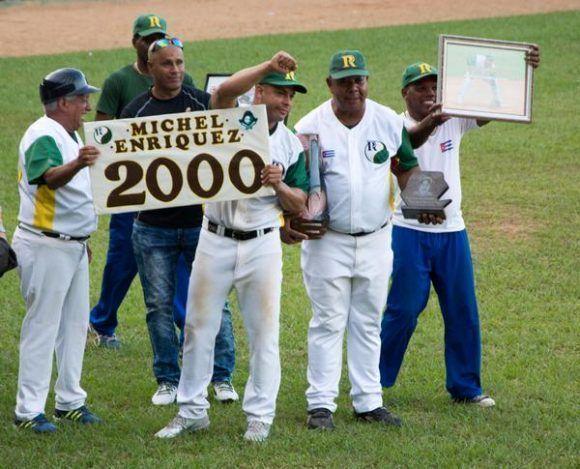 Reconocen a Michel Enriques, luego de conectar su hit 2000, en el estadio Capitán San Luis, en Pinar del Río. Foto: Rafael Fernández Rosell/ ACN.