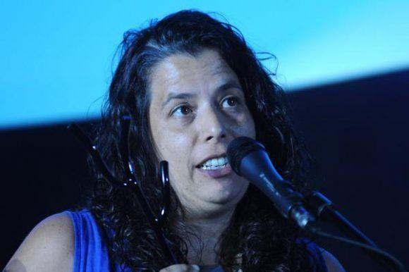 Entrega del Premio Coral a la Contribución Artística, en el apartado de Ópera Prima, a Por la Ventana, de Caroline Leone, de Brasil.  Foto: Omara García/ ACN.