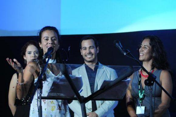 Entrega del Premio Coral de Largometraje, en el apartado de Animación, a El libro de Lila, de Marcela Rincón (I), de Colombia.  Foto: Omara García/ ACN.