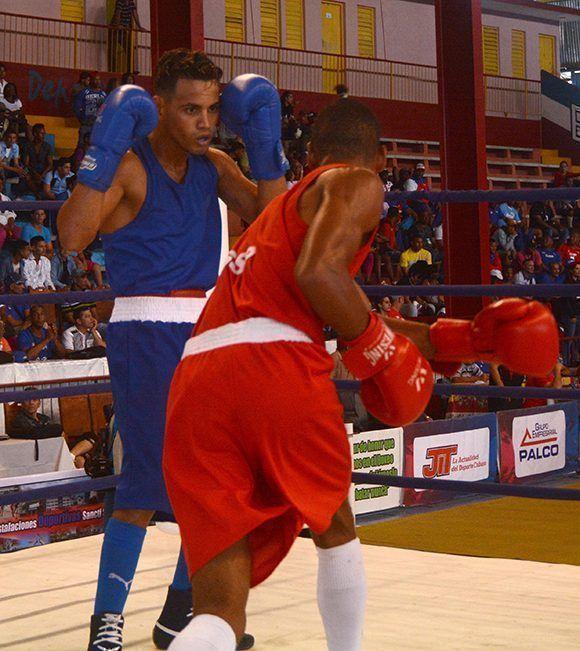 Robeysi Ramírez (I), de Cienfuegos,campeón por quinta vez en el torneo Playa Girón. Foto: Oscar Alfondo/ ACN.