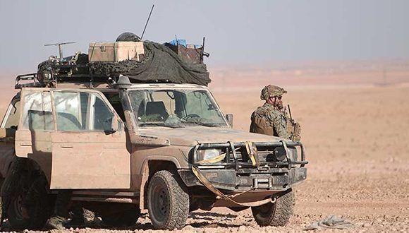 Un soldado de EE.UU. al lado de un vehículo militar, norte de Raqa, Siria. Foto: Rodi Said/ Reuters.