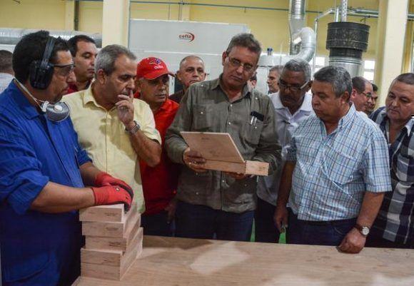 Ulises Guilarte De Nacimiento junto a Gustavo Rodríguez Rollero, ministro de la Agricultura. Foto: Marcelino Vázquez/ ACN.