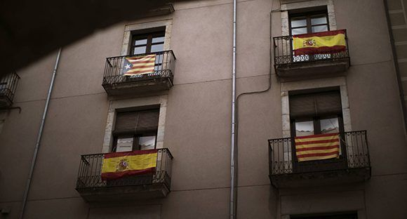 Un edificio de Barcelona con banderas españolas y catalanas.  Foto: Emilio Morenatti/ AP.