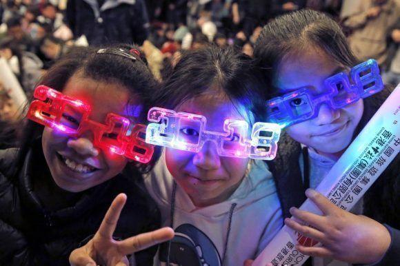 Niñas con gafas esperan la llegada de 2018 en Hong Kong. Foto: AP.