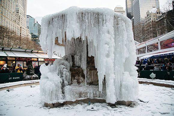 Una fuente helada en Bryant Park en Nueva York. Foto: EFE.