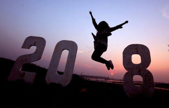 Una joven india posa para una fotografía mientras celebrael Año Nuevo en Bhopal (India). Foto: EFE.