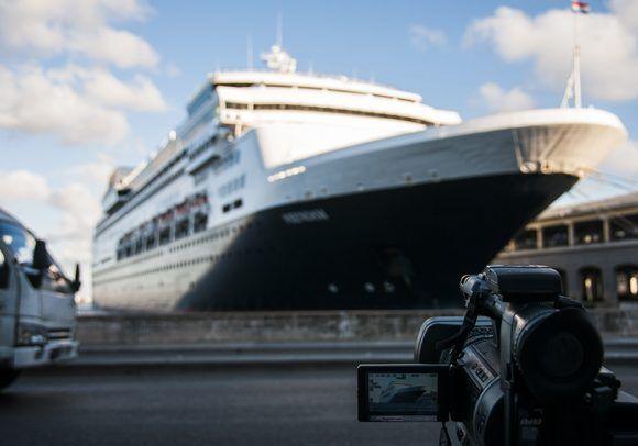 El buque Veendam con capacidad para 1654 pasajeros, arribó a La Habana. Foto: L Eduardo Domínguez/ Cubadebate.