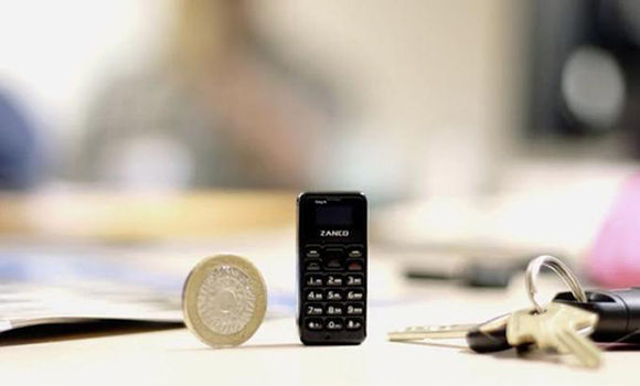 """El Zanco Tyni T1 es el teléfono más pequeño del mundo. Foto tomada de """"Zanco Tyni en Twitter""""."""
