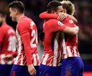 Griezmann y Koke se abrazan para celebrar el segundo gol del Atlético. Foto: Javier Soriano / AFP