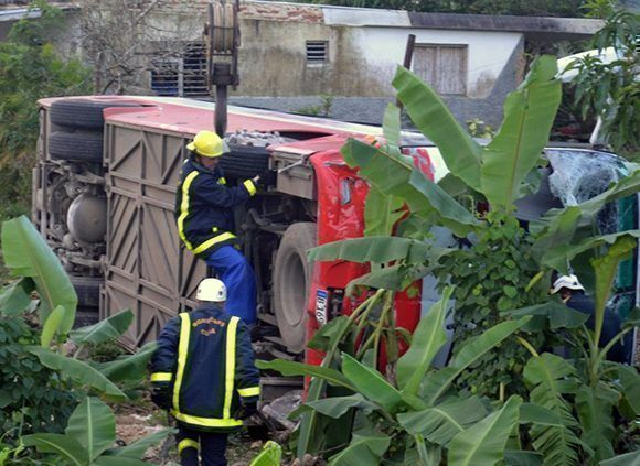 Bomberos cubanos durante el rescate posterior al accidente. Foto: Luis Francisco Jacomino/ Escambray.