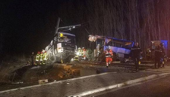 Servicios de emergencias, tras la colisión de un tren y un autobús escolar, este jueves en Millas (Francia). Foto: Reuters