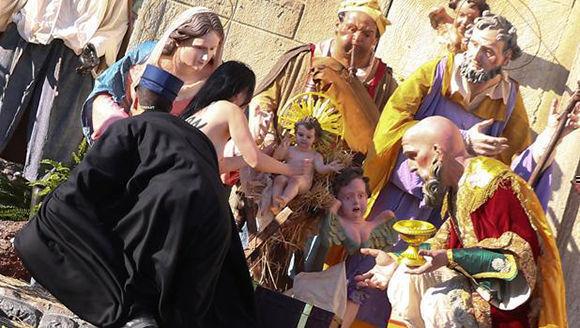 na activista de Femen protagonizó una acción similar en la Navidad de 2014 pero logró sacar la estatua de la cuna antes de ser arrestada. Foto: Reuters.