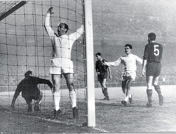 Alfredo Di Stéfano marca un gol al FC Barcelona, su fichaje por el Real Madrid cambió la historia del fútbol.