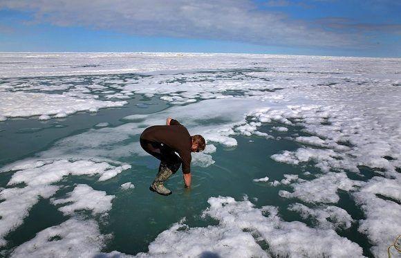 """Un investigador cerca de Utqiagvik, Alaska. Dos estudios han encontrado que las altas temperaturas inusuales que impactaron el Ártico """"no se habrían dado sin el cambio climático que causó el hombre"""". Foto: The Boston Globe/Getty Images."""
