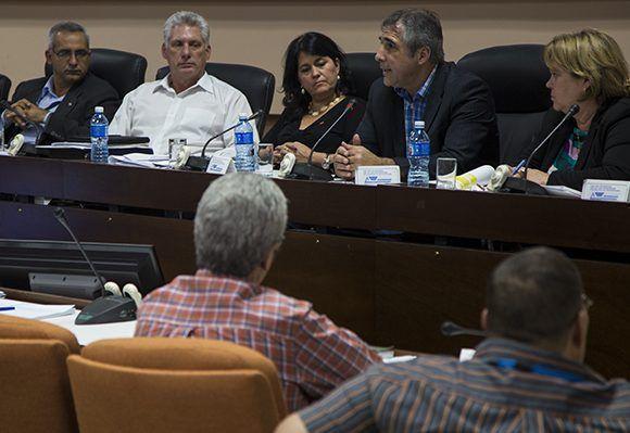 Díaz-Canel participó en la Comisión de Educación, Cultura, Ciencia Tecnología y Medio Ambiente. Foto: Irene Pérez/ Cubadebate.