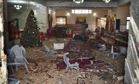 Aspecto del interior de la iglesias después del atentado. Foto: EFE.