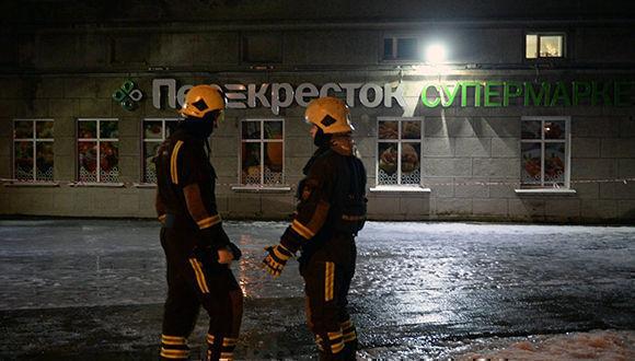 """Empleados del Ministerio de Situaciones de Emergencia a la entrada de la tienda """"Perekrestok"""" en San Petersburgo, donde ocurrió la explosión. Foto: Alexander Galperin/RIA Novosti"""