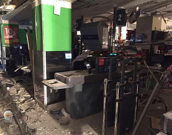 La pasada noche en un supermercado de cadena Perekrióstok de San Petersburgo se activó un artefacto explosivo improvisado repleto de elementos dañinos. Foto: Alexander Galperin/RIA Novosti