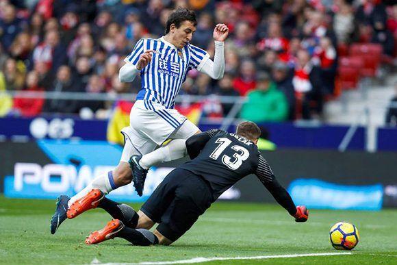 Oyarzabal disputa un balón con el portero del Atleti Jan Oblak. Foto: Emilio Naranjo / EFE