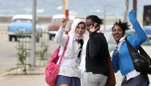 Jóvenes saludan a la cámara en medio de jornada invernal. Foto: Roberto Morejón/ACN.