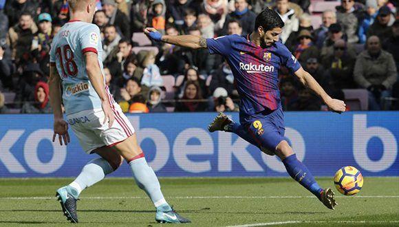 Luis Suárez golpea la pelota ante el defensa del Celta Daniel Wass. Foto: Pau Barrena / AFP