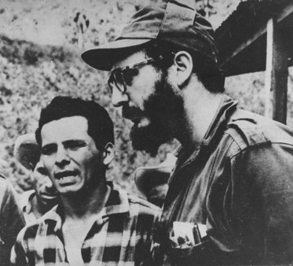 Única foto conocida del encuentro en la Sierra Maestra, en 1958, de Fidel Castro y Carlos Bastidas. Foto tomada de Cubaperiodistas.